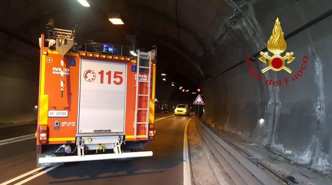 incidente galleria dongo pompieri caduta moto