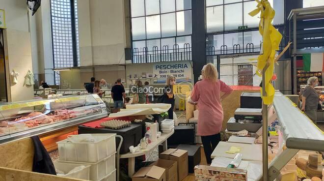 assessore negretti al mercatoi di como dopo incursione vandali