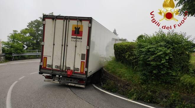 camion bloccato tornanti del ghisallo intervento pompieri