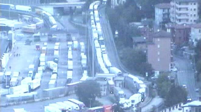 coda di camion in autostrada dopo festa 2 giugno immagini da web cam