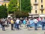 como accoglie manifestazione per i senzatetto in centro città