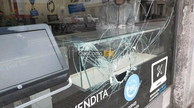 furto negozio di telefonia como via milano vetrina rotta