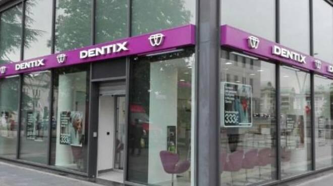 gruppo dentix esterno insegna negozio