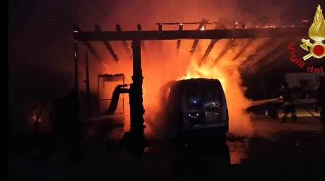 incendio notte furgone casa via selvaregina cantù
