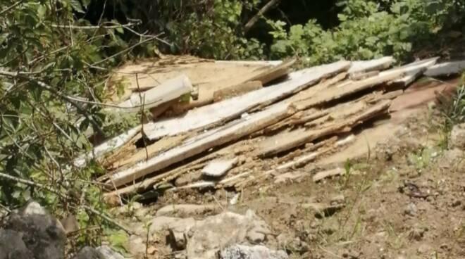 polizia locale cantù denuncia per abbandono rifiuti speciali e non sul prato