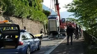 Schianto in via per Cernobbio, auto nel lago: il recupero dei pompieri
