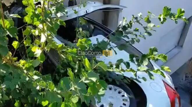 auto nel giardino di casa a garzola recupero dei pompieri