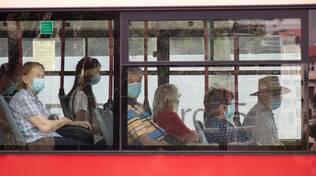 bus si viaggia con le mascherine, ma tutti seduti