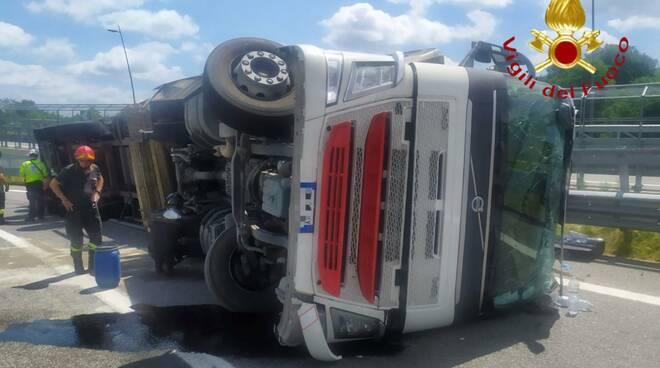 camion ribaltato a lomazzo pedemontana