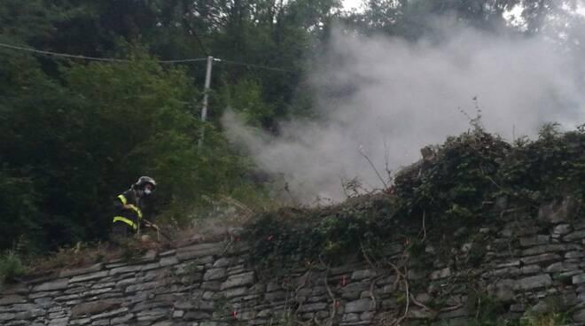 incendio sterpaglie moltrasio vicino alla regina pompieri
