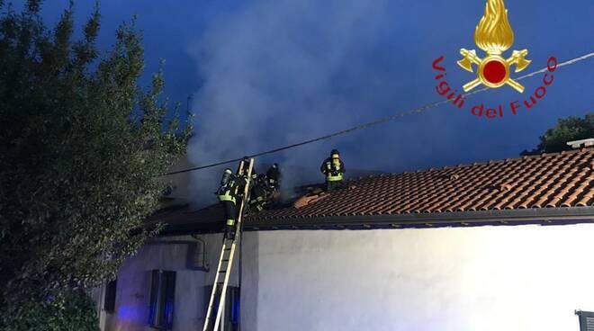incendio tetto cantù pompieri mezzi per spegnere rogo
