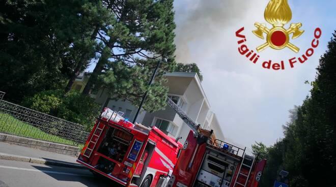 incendio tetto palazzina cantù via ariberto pompieri