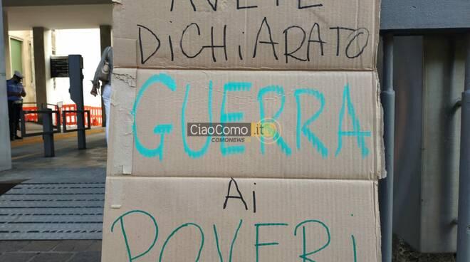 protesta contro comune per dormitorio esterno palazzo cernezzi