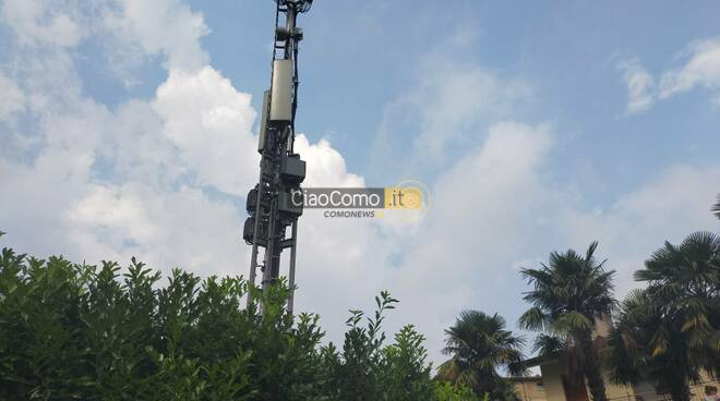 protesta per mega antenna di cernobbio piazzata davanti a casa celeste costumi