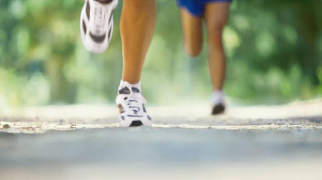 generica di un runner che corre sulla strada