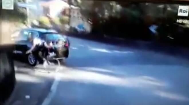 giro di lombardia 2020 arrivo ed auto che taglia la strada ad un ciclista