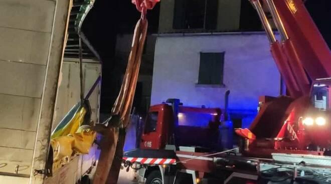 pompieri intervento notte plesio per rimettere in carreggiata camion ribaltato