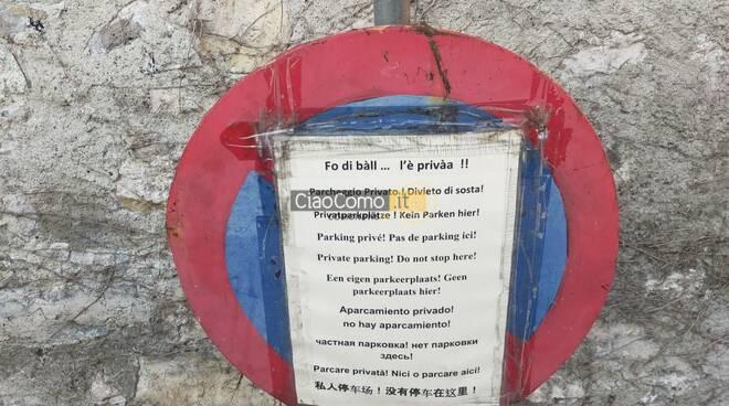 cartello in dialetto a sala comacina divieto di sosta