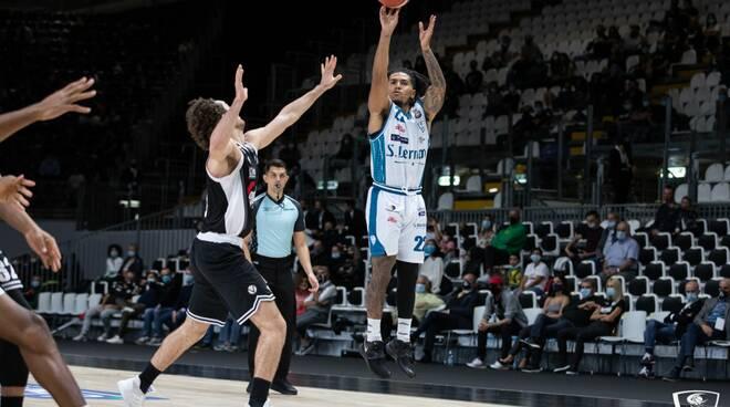 debutto amaro pallacanestro cantù a bologna contro la virtus bologna