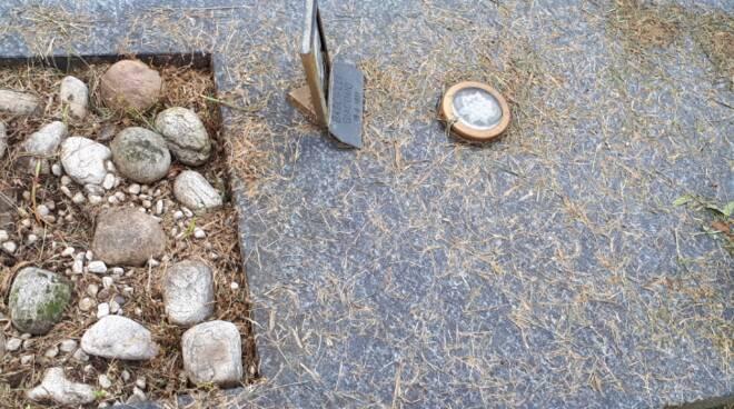 degrado tombe cimitero camerlata erba sulle tombe defunti