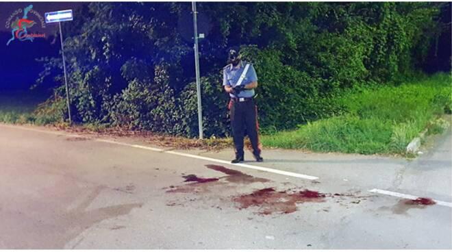 ferimento via cinque giornate bregnano sangue per terra carabinieri