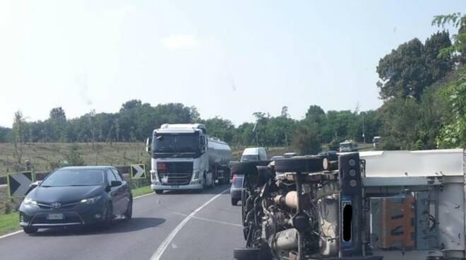 furgone si ribalta bregnano sulla lomazzo bizzarone incidente