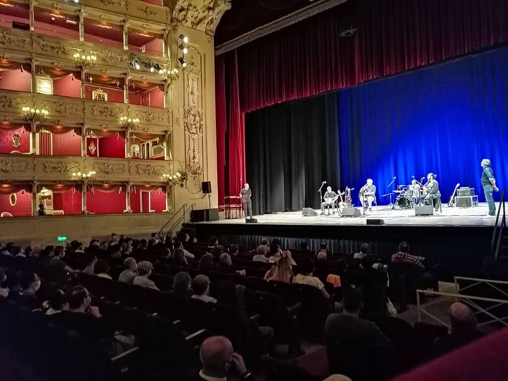"De Sfroos, 25 anni di ""Manicomi"" al Teatro Sociale"