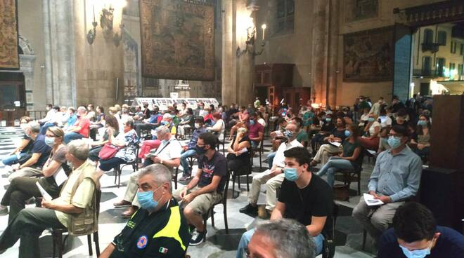 Il rosario in Duomo a Como per don Roberto ucciso oggi a San Rocco