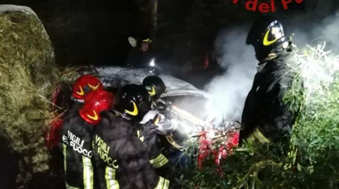 incidente stradale a casnate auto si incendia morta una giovane