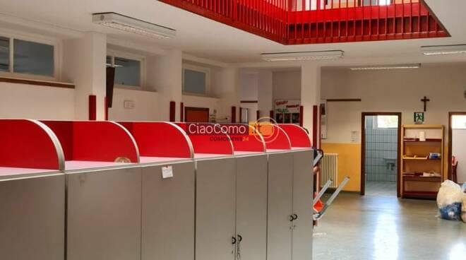nuovi banchi del Ministero per gli studenti di Como arrivati oggi