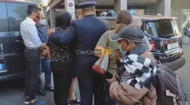 piazza san rocco como carro funebre con don roberto per saluto fedeli