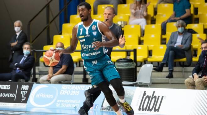 Thomas pallacanestro cantù protagonista del derby supercoppa con varese