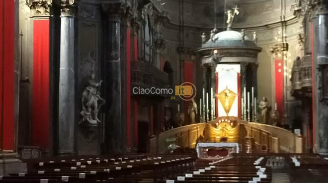 tre giorni di esposizione del crocifisso a como manifesto e interno chiesa