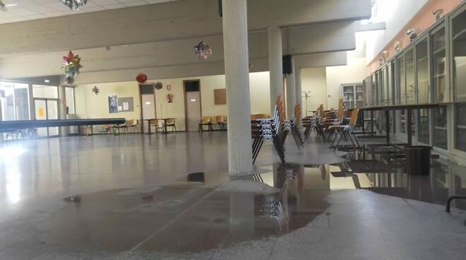Centro Civico Camerlata cede il controsoffitto per pioggia