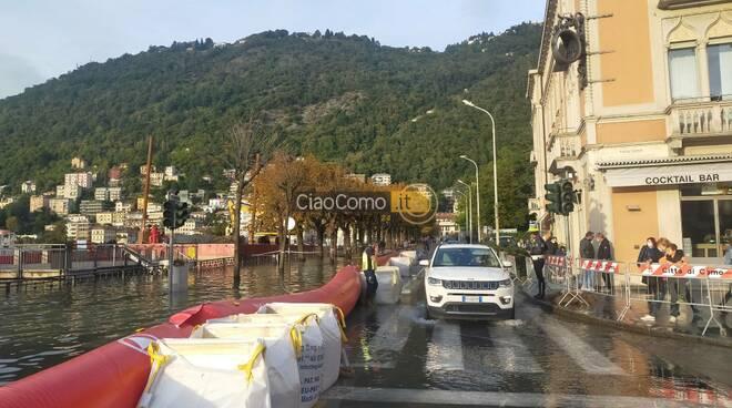 Esondazione del lago, ripristinata la circolazione su lungolago e piazza Cavour