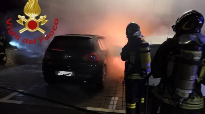 faloppio incendio auto notte pompieri in azione