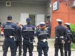 Agenti polizia locale aiutano studentessa