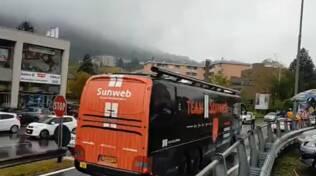 giro d'italia tgrasferimento in pullman ciclisti da morbegno passaggio como