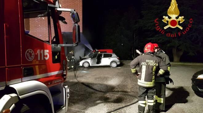 incendio auto merone pompieri spegnimento