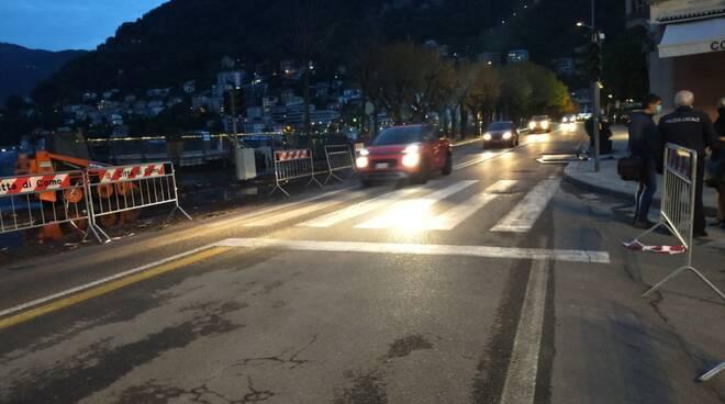 lungolago riaperto con una corsia di marcia passano le auto