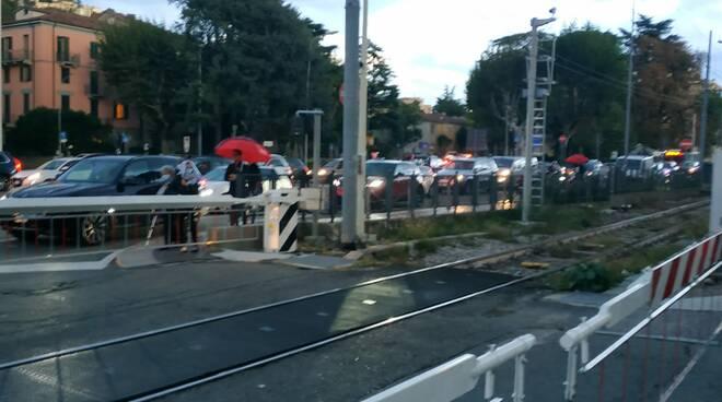 sbarra passaggio a livello abbatturta da camion a como piazza verdi