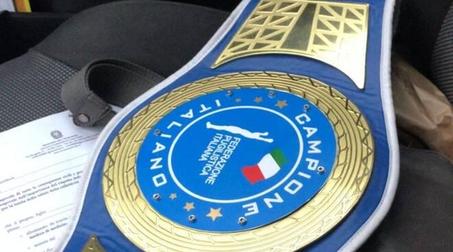 suat laze con cinturone campione italiano boxe in redazione