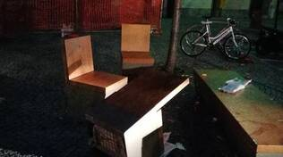 vandalismi in piazza volta a como segnalazione lettori panchine divelte e cestini rovesciati