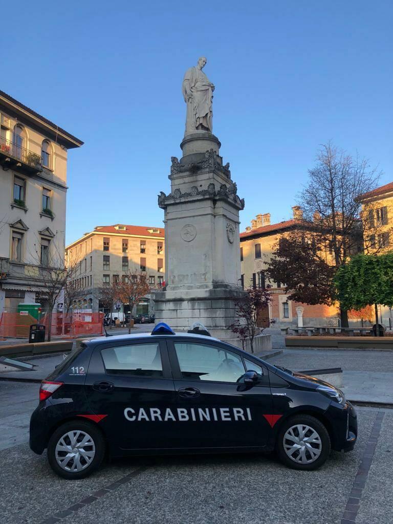 auto carabinieri stazione como piazza volta aggressione a un ragazzo