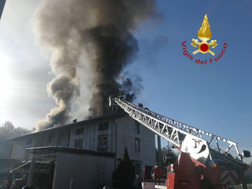 incendio tetto fattoria senna comasco pompieri e fumo