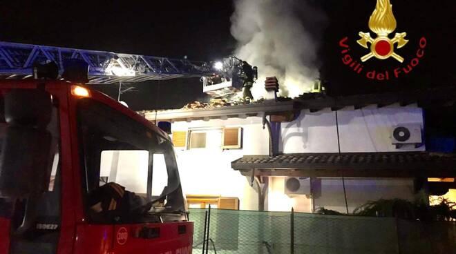 incendio tetto lomazzo questa sera pompieri