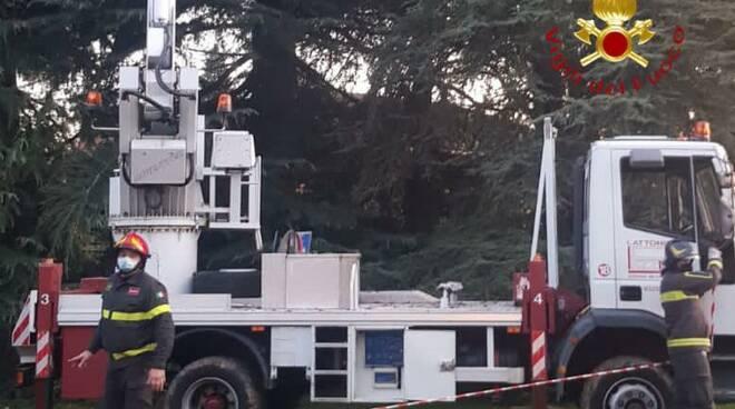 incidente giardino cermenate, operai precipitabo per cedimento gru intervento pompieri