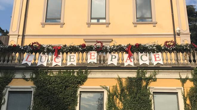 Natale 2020 - message in a balcony a Cernobbio