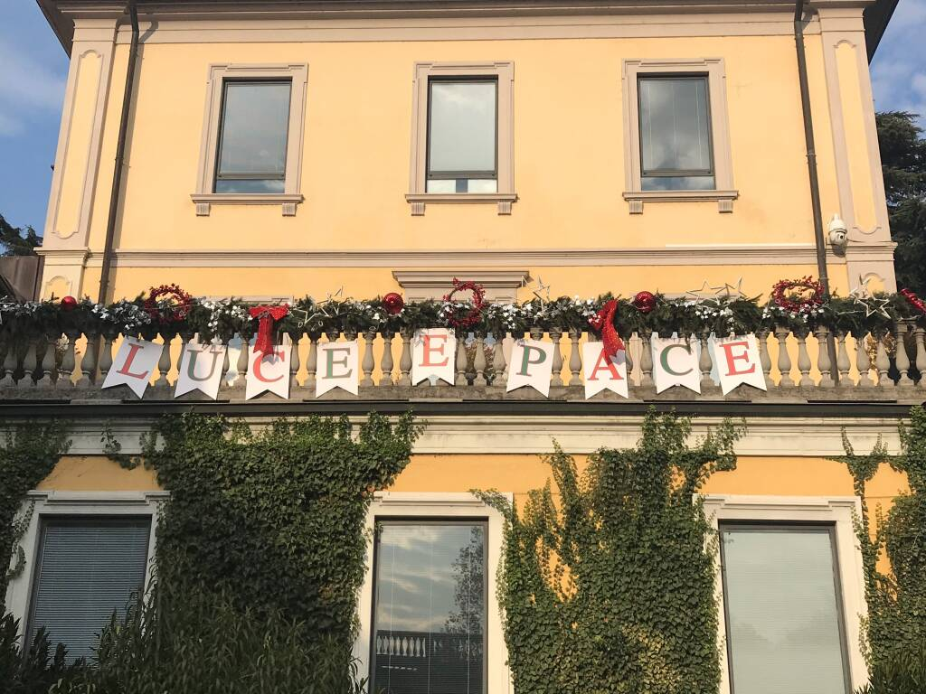 Natale 2020 - message in a balcony a Cernobbio