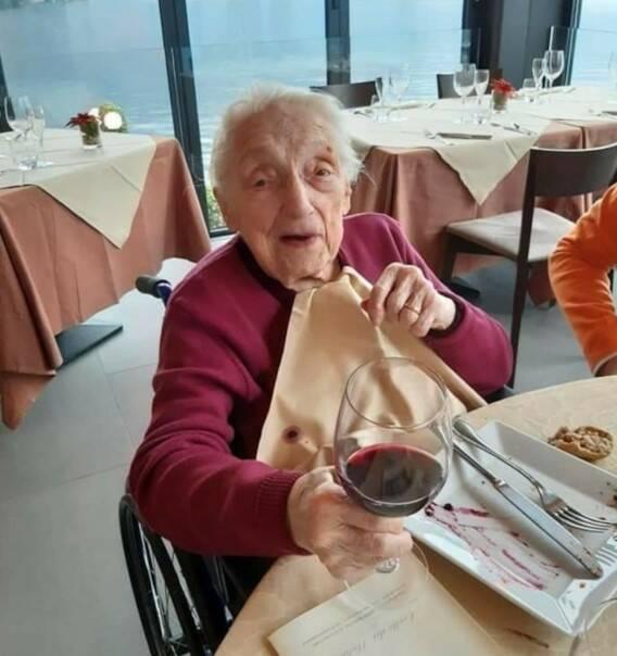nonna rita beretta festeggia 101 anni lei con i figli al tavolo